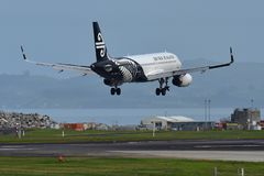 Atterrissage d'Air New Zealand Airbus A320 à l'aéroport international d'Auckland Photographie stock libre de droits