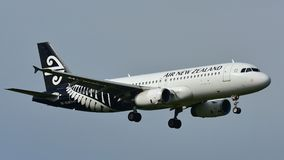 Atterrissage d'Air New Zealand Airbus A320 à l'aéroport international d'Auckland Image stock