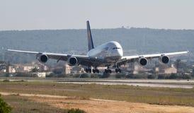 Atterrissage d'Airbus A380 dans l'aéroport de Palma de Majorque Photo libre de droits
