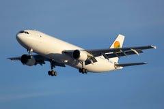 Atterrissage d'Airbus A300 de lignes aériennes de l'Ouzbékistan à l'aéroport international de Sheremetyevo Photographie stock