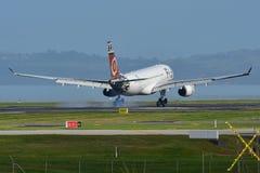 Atterrissage d'Airbus A330 de voies aériennes des Fidji à l'aéroport international d'Auckland Images stock