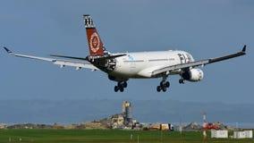 Atterrissage d'Airbus A330 de voies aériennes des Fidji à l'aéroport international d'Auckland Image libre de droits