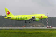 Atterrissage d'Airbus A320 S7 Airlines à l'aéroport international de Domodedovo Photo libre de droits