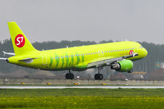 Atterrissage d'Airbus A320 S7 Airlines à l'aéroport international de Domodedovo Image libre de droits