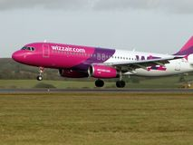 Atterrissage d'Airbus Wizzair Photo stock