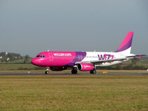 Atterrissage d'Airbus Wizzair Photo libre de droits