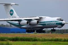 Atterrissage d'Alrosa Ilyushin IL-76TD RA-76420 à l'aéroport international de Domodedovo Image stock