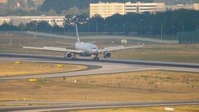 Atterrissage d'American Airlines Airbus A330 banque de vidéos