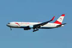 Atterrissage d'Austrian Airlines Boeing 767 Image stock