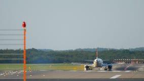 Atterrissage d'avion à Dusseldorf banque de vidéos
