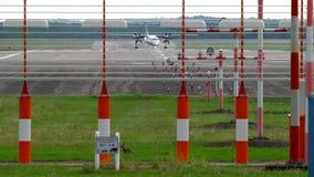 Atterrissage d'avion à Dusseldorf clips vidéos