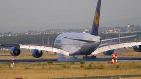 Atterrissage d'avion à Francfort banque de vidéos
