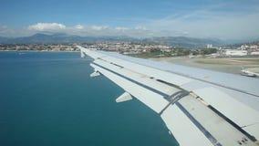 Atterrissage d'avion à l'aéroport clips vidéos