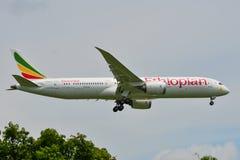 Atterrissage d'avion à l'aéroport de Bangkok image libre de droits