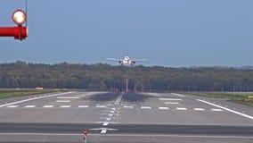 Atterrissage d'avion à l'aéroport de Dusseldorf clips vidéos
