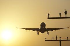 Atterrissage d'avion à l'aéroport de Francfort au lever de soleil Images libres de droits