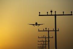 Atterrissage d'avion à l'aéroport de Francfort au lever de soleil Photo stock