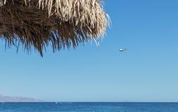 Atterrissage d'avion à l'aéroport de santorini vu de la plage de Kamari WI Photos stock