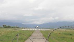 Atterrissage d'avion à l'aéroport en montagnes - la Géorgie banque de vidéos
