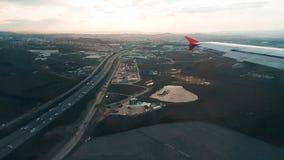 Atterrissage d'avion à l'aéroport, vue de la fenêtre clips vidéos