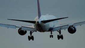 Atterrissage d'avion à la piste lumineuse banque de vidéos