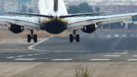 Atterrissage d'avion à réaction avec de la fumée sur la piste banque de vidéos
