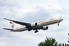 Atterrissage d'avion à réaction de voies aériennes d'Etihad Photos libres de droits