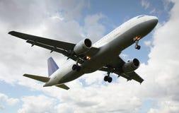 Atterrissage d'avion à réaction, vue de dessous image stock