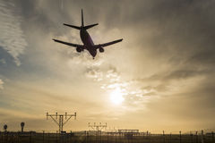 Atterrissage d'avion au crépuscule. Photo stock