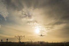 Atterrissage d'avion au crépuscule Images libres de droits