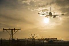 Atterrissage d'avion au crépuscule Photo libre de droits