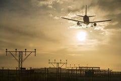 Atterrissage d'avion au crépuscule Image stock