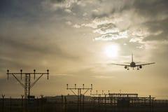 Atterrissage d'avion au crépuscule Image libre de droits