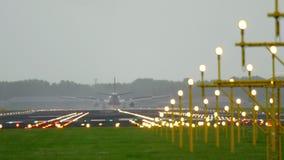 Atterrissage d'avion au début de la matinée clips vidéos