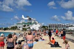 Atterrissage d'avion au-dessus de Maho Beach photographie stock libre de droits