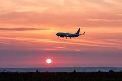 Atterrissage d'avion au lever de soleil Images libres de droits