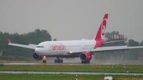 Atterrissage d'avion au temps pluvieux clips vidéos