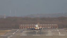 Atterrissage d'avion blanc de passager sur la bande de piste à l'aéroport un jour ensoleillé banque de vidéos