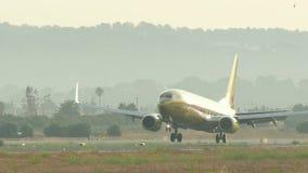 Atterrissage d'avion commercial à l'aéroport de Majorca banque de vidéos