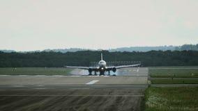 Atterrissage d'avion commercial dans l'aéroport banque de vidéos