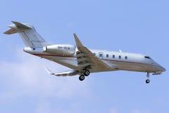 Atterrissage d'avion d'affaires de VistaJet images libres de droits