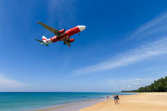Atterrissage d'avion d'Air Asia à l'aéroport de phuket sur la plage Photo stock