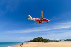 Atterrissage d'avion d'Air Asia à l'aéroport de phuket sur la plage Image stock