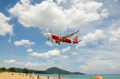 Atterrissage d'avion d'Air Asia à l'aéroport international de Phuket Image stock