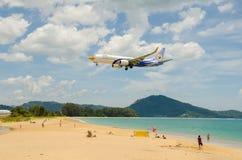 Atterrissage d'avion d'air de NOK à l'aéroport international de Phuket Photos stock
