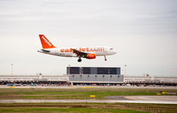 Atterrissage d'avion d'EasyJet Photographie stock libre de droits