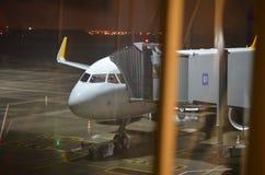 Atterrissage d'avion dans l'aéroport de nuit Photo stock
