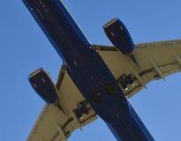 Atterrissage d'avion dans l'aéroport de Riga Photographie stock