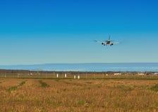 Atterrissage d'avion dans l'aéroport de Riga Photo stock