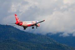 Atterrissage d'avion de la Malaisie Air Asia à l'aéroport international de Chiangmai dans le jour de matin Image stock